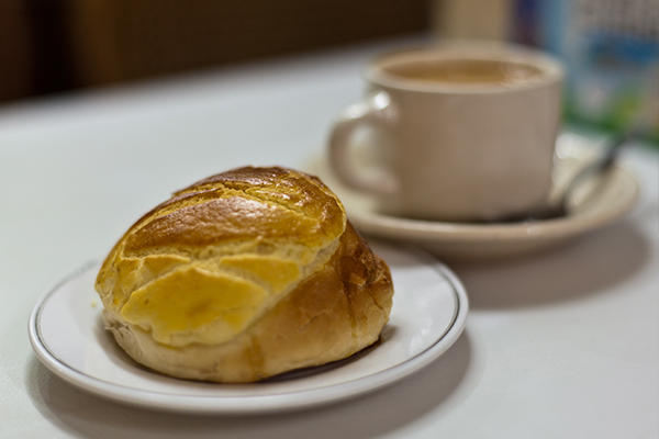 pineapple bun and milk tea_photo by Dennis Wong.2